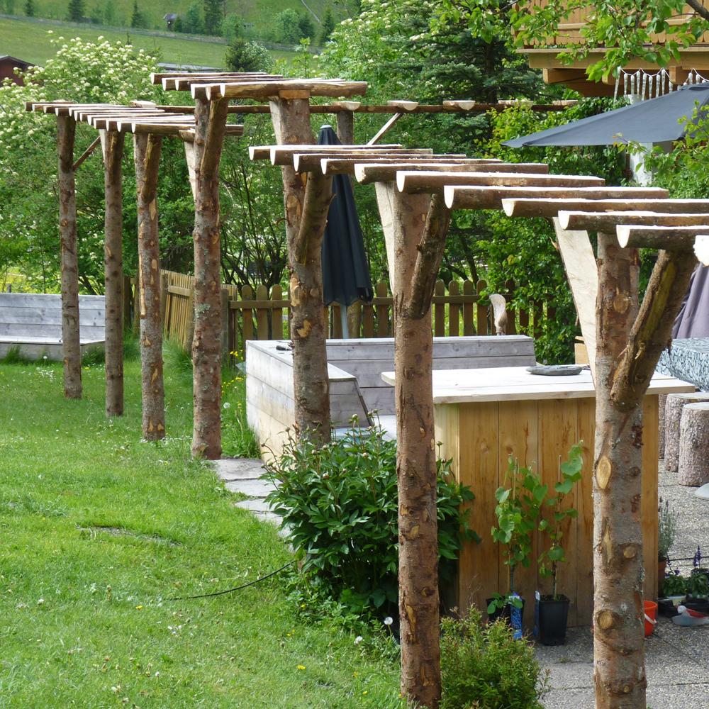 The making of the pergola van boomstammen weblog de berghut - Voorbeeld van houten pergola ...